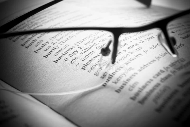 Lettere del dizionario del libro aperto, fine su fotografia stock