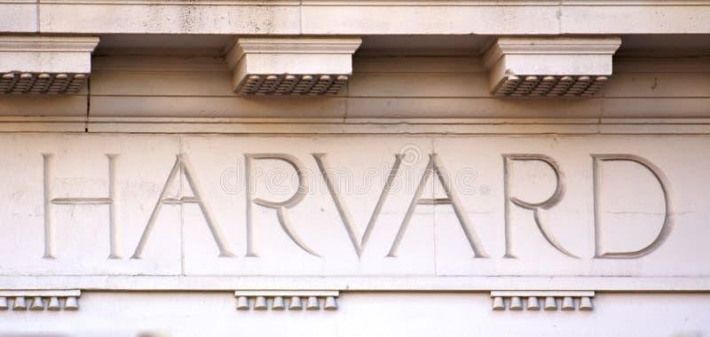 Lettere di Harvard su una costruzione dell'università fotografia stock libera da diritti