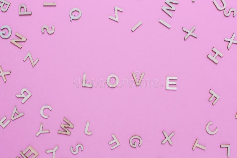 Lettere di legno di alfabeto di ABC su fondo rosa immagini stock
