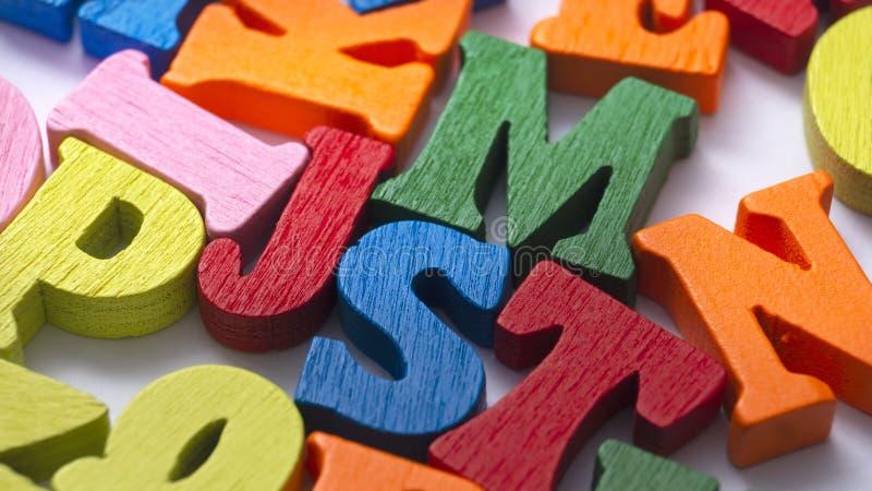Lettere di legno colorate su fondo di legno fotografia stock libera da diritti