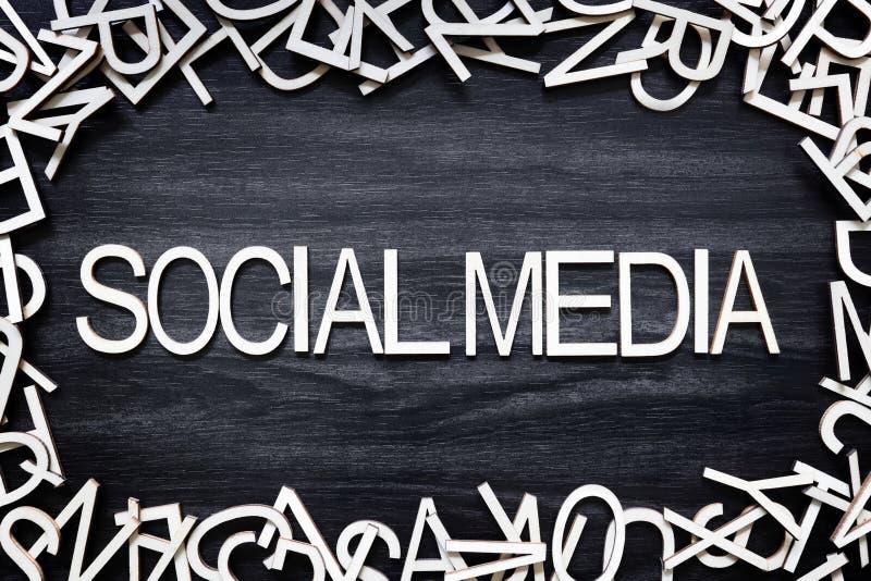 Lettere di legno di media sociali sul bordo nero immagine stock libera da diritti