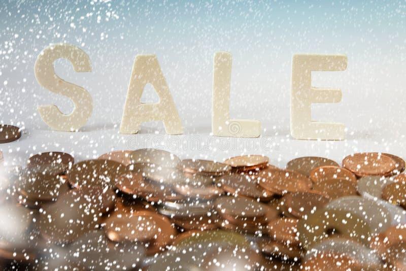 Lettere di vendita di inverno nella neve fotografia stock