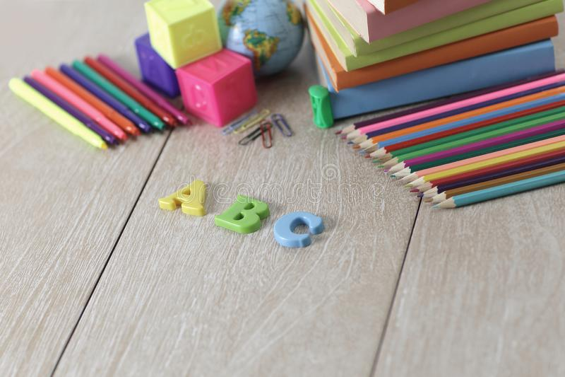 Lettere e rifornimenti di scuola su fondo di legno foto con la copia fotografia stock libera da diritti