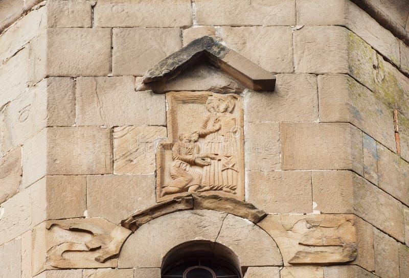 Lettere e sollievo georgiani con durata del ` dei san della facciata il monastero di Jvari, VI secolo in Mtskheta, Georgia fotografia stock libera da diritti