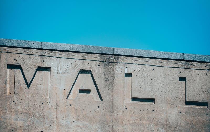Lettere scolpite su una parete immagini stock