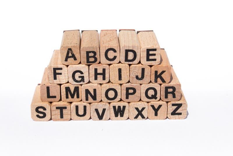 Lettere sui cubi di legno, a-z, ABC di alfabeto, isolato su bianco immagine stock libera da diritti