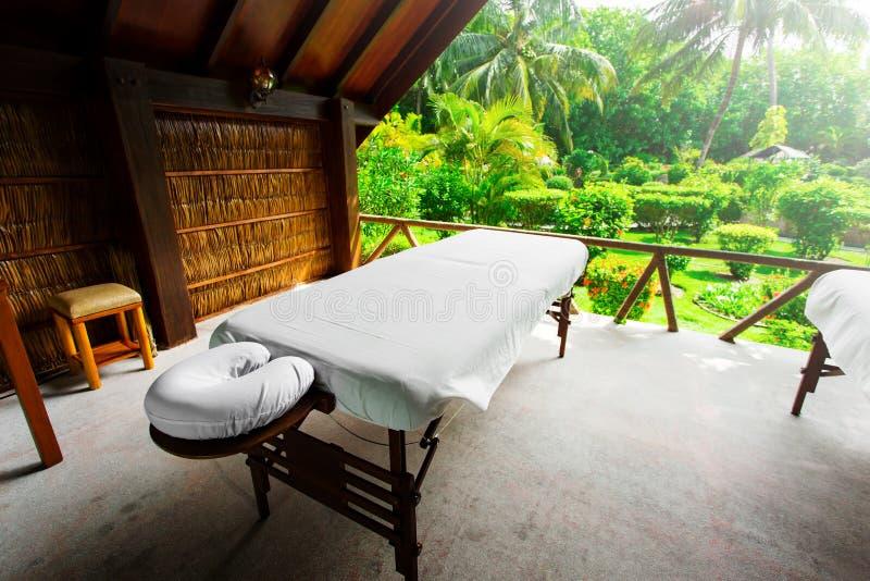 Letti della stazione termale pronti a massaggiare all'isola tropicale di aria aperta immagine stock