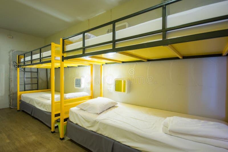 Letti di cuccetta nella stanza di sonno immagini stock