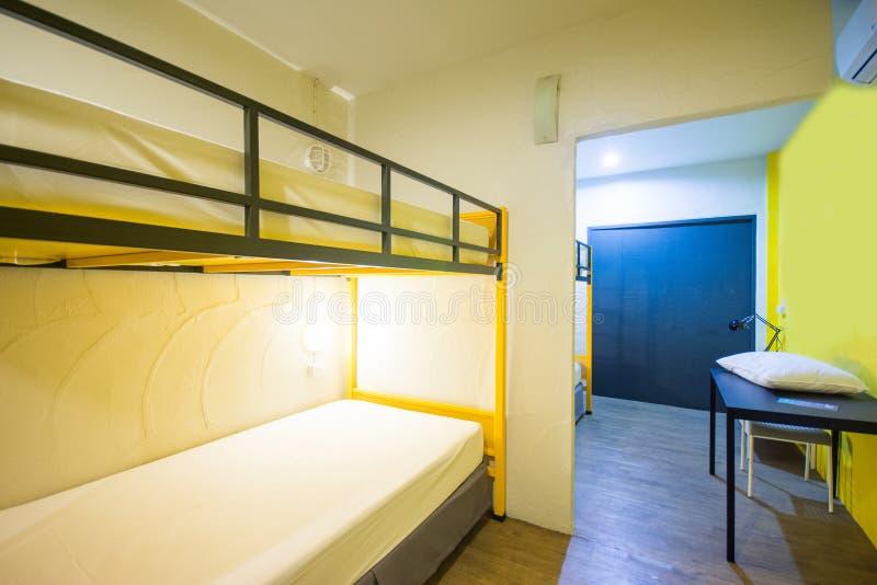 Letti di cuccetta nella stanza di sonno fotografia stock libera da diritti