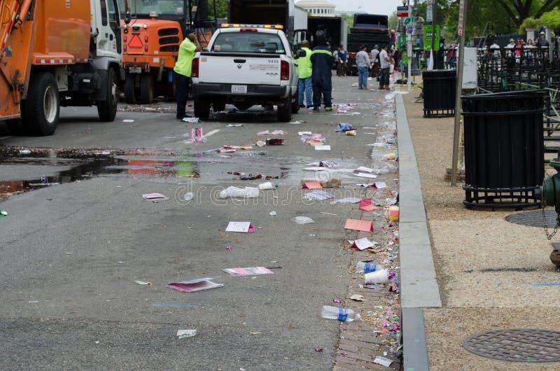 Lettiera ed immondizia da ogni parte delle vie del Washington DC dopo un evento Le squadre lavorano per pulire fotografie stock libere da diritti