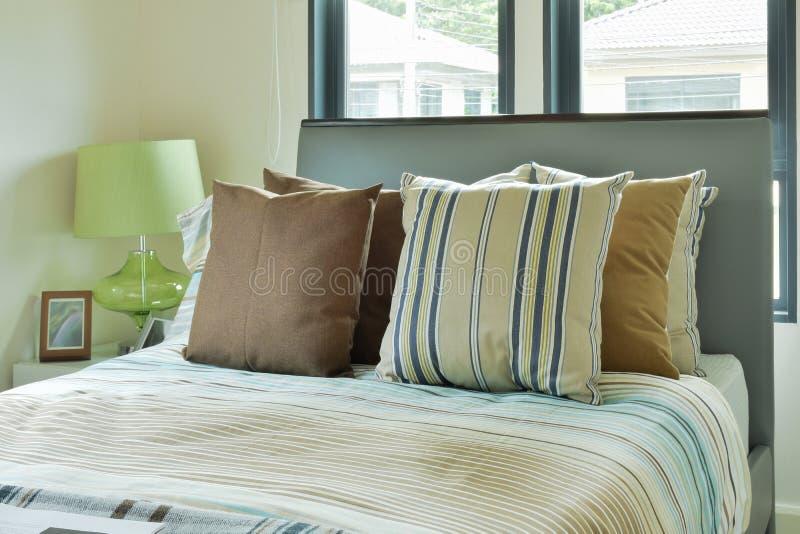 Lettiera variopinta in camera da letto decorata moderna fotografia stock libera da diritti