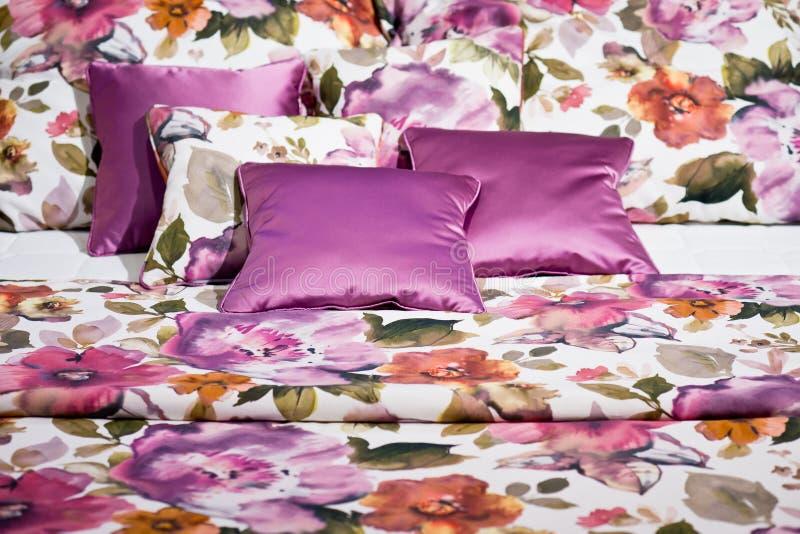 Lettiere con progettazione floreale rosa immagine stock