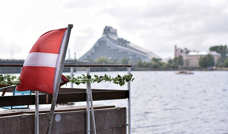 Lettische Flagge auf einem Schiff lizenzfreies stockbild