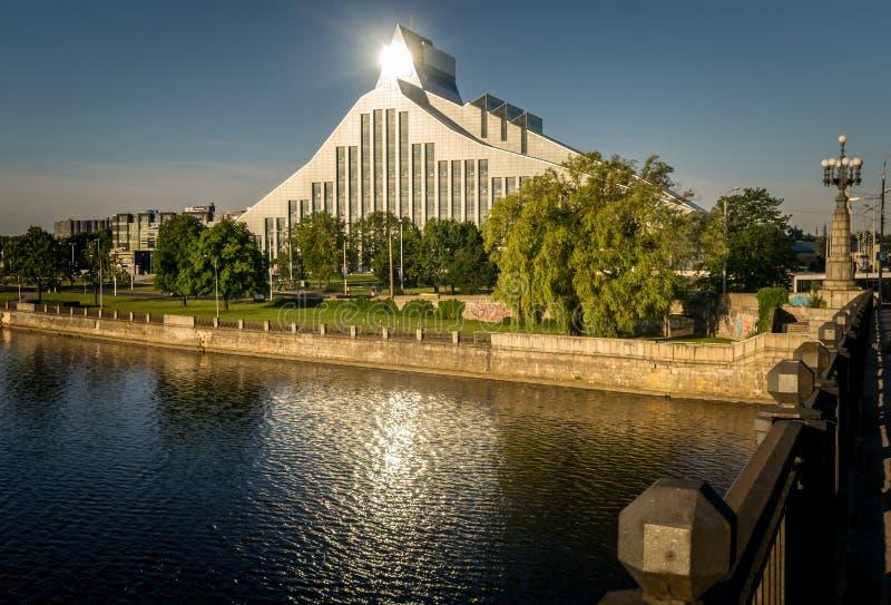 Lettische Nationalbibliothek mit dem Licht, das weg von ihm sich reflektiert stockbild