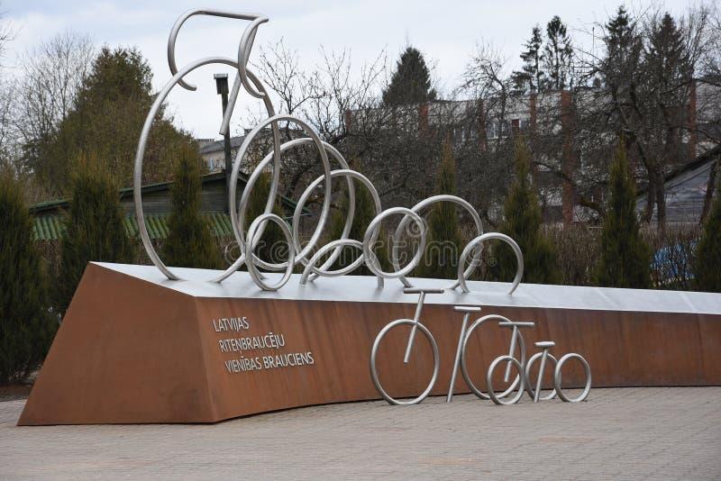 Lettisk monument för cyklistenhetritt, Sigulda, Lettland royaltyfri foto