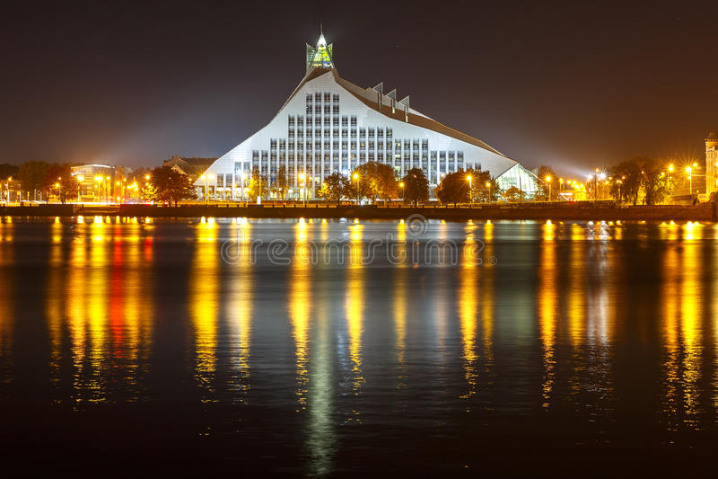Lettiskt nationellt arkiv på natten, Riga, Lettland arkivbilder