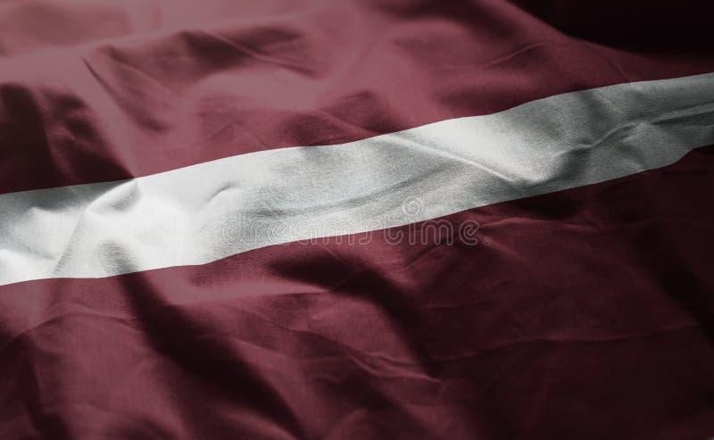 Lettland-Flagge zerzauste nahes oben lizenzfreies stockfoto