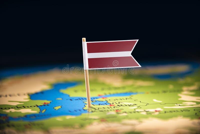 Lettland markerade med en flagga på översikten fotografering för bildbyråer