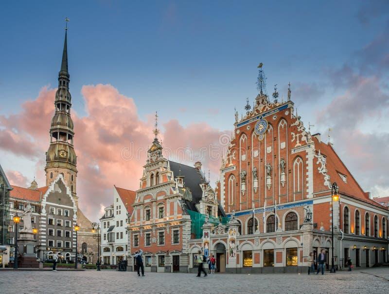 LETTLAND RIGA AUGUSTI 2018 aftonsikt av det St Peter torn- och pormaskhuset i den gamla Rigaen royaltyfria bilder