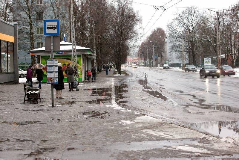 Lettland Riga - December 1 2017: Blöta insnöat staden, trafiken och folket på de hala gatorna royaltyfri bild