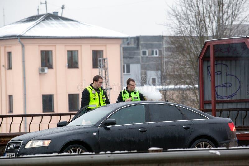 Lettland, Riga - 1. Dezember 2017: Städtische Polizei von Riga, Lettland am Unfallort durch das Auto Rauchende elektronische ciga lizenzfreies stockbild