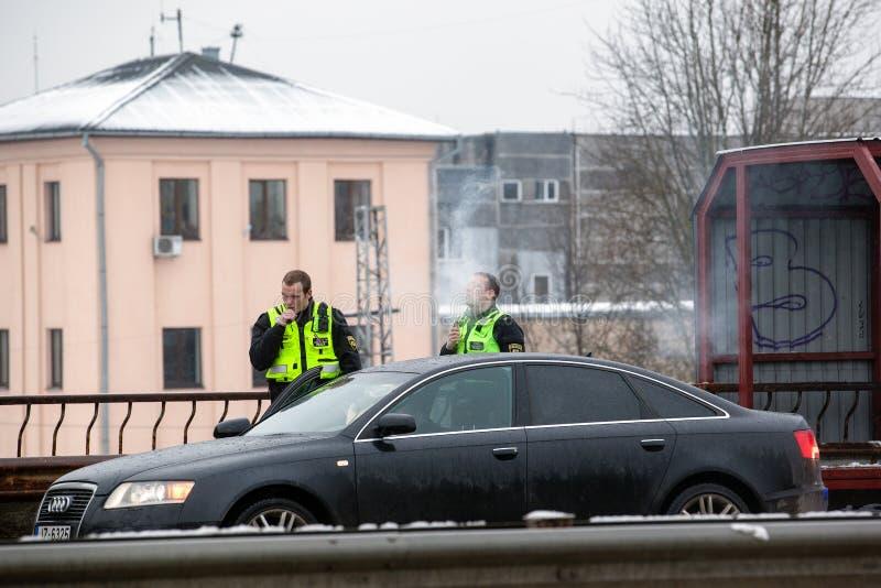Lettland, Riga - 1. Dezember 2017: Städtische Polizei von Riga, Lettland am Unfallort durch das Auto Rauchende elektronische ciga lizenzfreies stockfoto