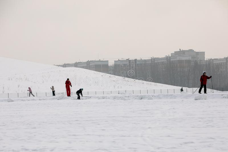 Lettland, Riga - 17. Februar 2017: Leutewintersport skiin im Schneebahnweg stockfotos