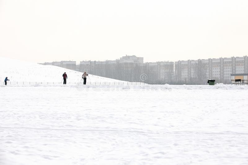 Lettland, Riga - 17. Februar 2017: Leutewintersport skiin im Schneebahnweg lizenzfreie stockfotos
