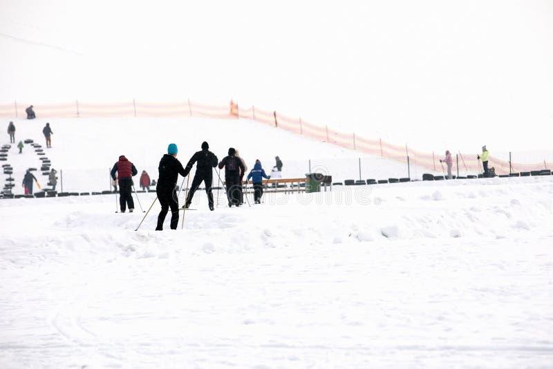 Lettland, Riga - 17. Februar 2017: Leutewintersport skiin im Schneebahnweg lizenzfreies stockfoto