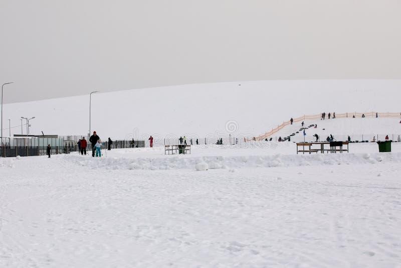 Lettland, Riga - 17. Februar 2017: Leutewintersport skiin im Schneebahnweg lizenzfreie stockfotografie