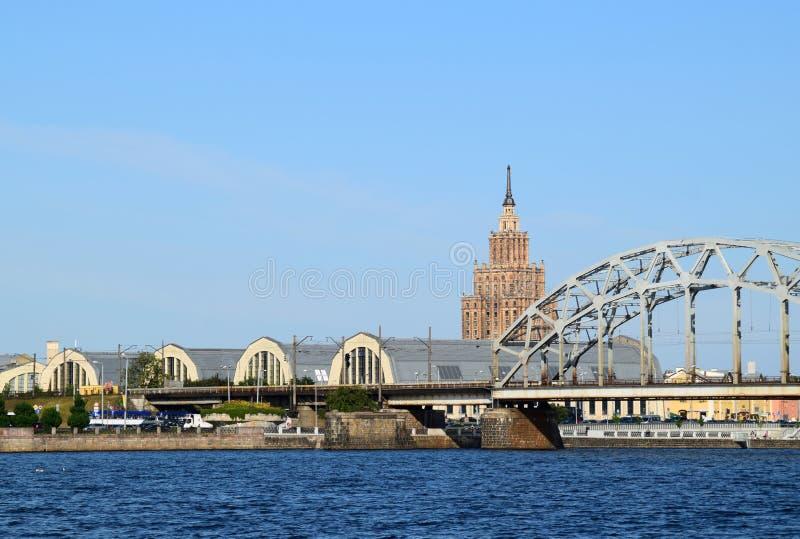 Lettland Riga Paviljonger av den centrala marknaden och akademin av vetenskaper fotografering för bildbyråer