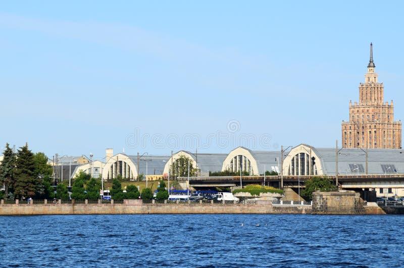Lettland Riga Paviljonger av den centrala marknaden och akademin av vetenskaper royaltyfri foto