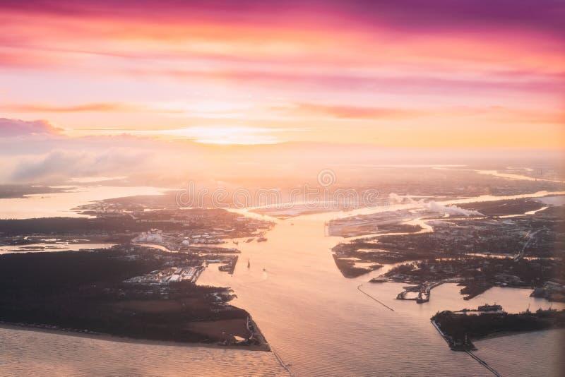 lettland Vogelperspektive von West-Dvina-Flüssen in Ostsee nahe Riga während des Winter-Sonnenaufgangs Luftaufnahme vom Flugzeug stockfotografie