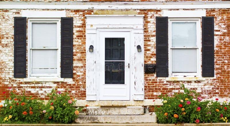 Letto antico di fiore e di Front Door Windows fotografia stock libera da diritti
