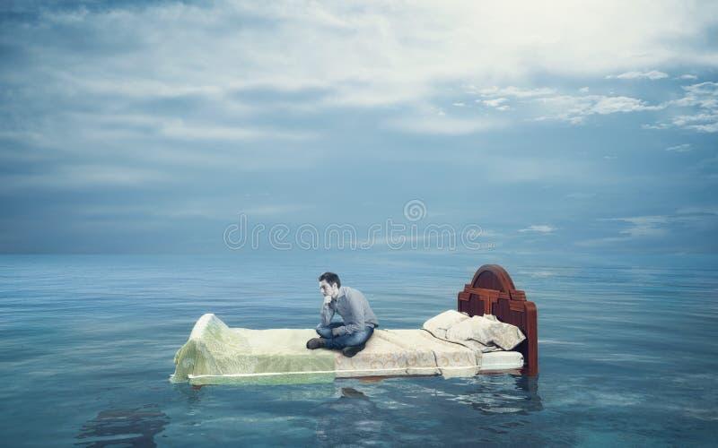Letto che galleggia nell'oceano fotografie stock