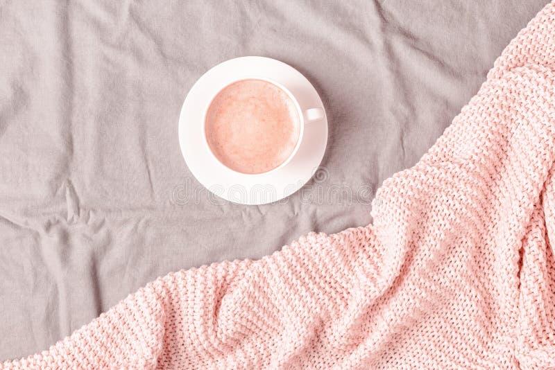 Letto con il plaid ed il caff? tricottati rosa immagini stock