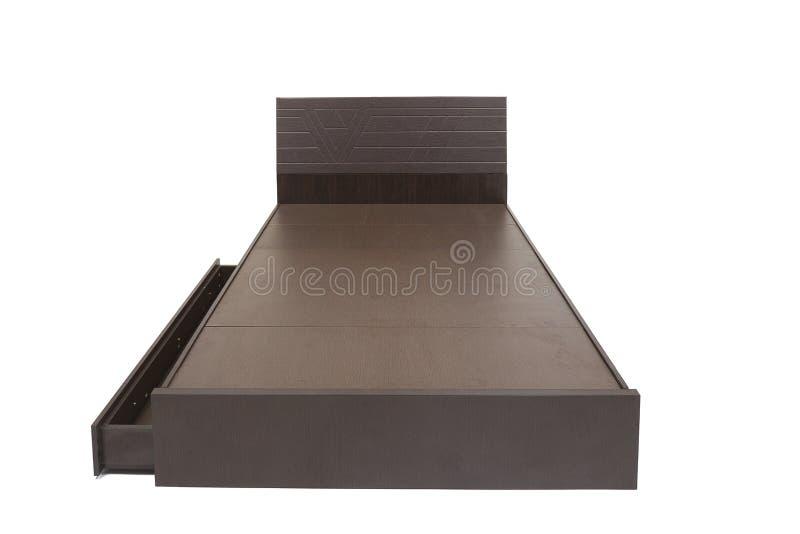 Letto di Brown senza materasso contro il letto marrone sembrante elegante del fondo bianco con lo spazio di stoccaggio nell'ambit fotografia stock