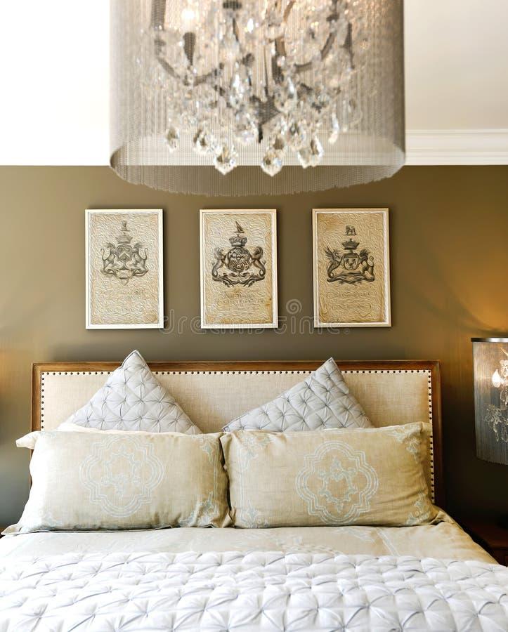 Letto di legno scolpito lusso con i cuscini fotografia stock immagine 43245253 - Letto con cuscini ...