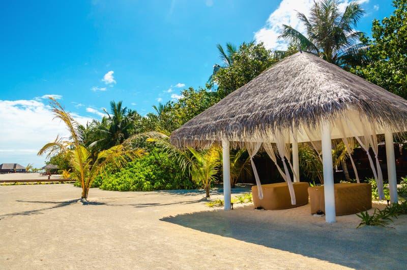 Letto di massaggio sulla spiaggia sabbiosa esotica immagine stock libera da diritti