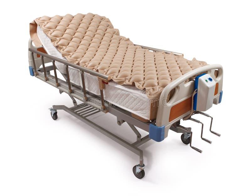 Letto di ospedale con il materasso di aria - percorso di residuo della potatura meccanica fotografia stock