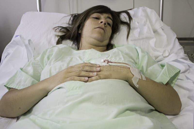Letto di ospedale malato della ragazza immagine stock libera da diritti