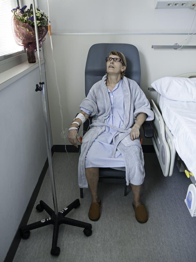 Letto di ospedale malato della ragazza fotografie stock