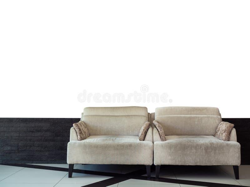 Letto di sofà grigio gemellato del velluto sul mattone nero e sul fondo bianco della parete immagine stock libera da diritti