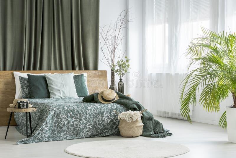 Letto a due piazze in camera da letto verde oliva fotografia stock