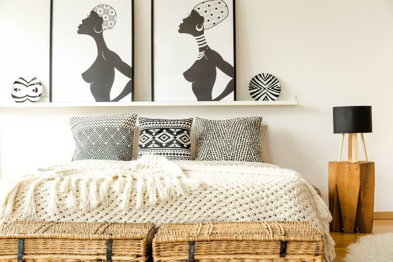 Letto etnico con i cuscini immagini stock libere da diritti