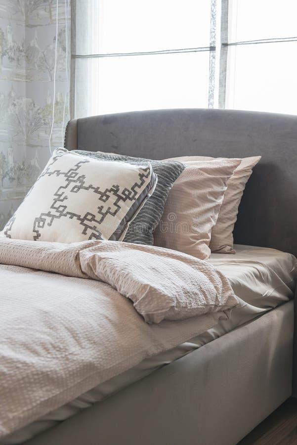 Letto singolo con la fila dei cuscini immagine stock immagine di mattina hotel 68538229 - Letto con cuscini ...