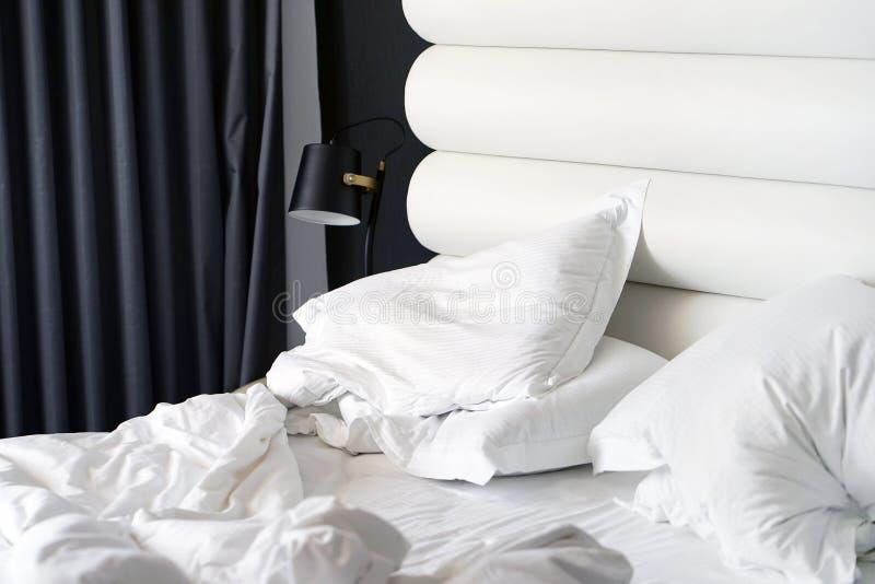 Letto sporco nell'hotel Stanza sporca della coperta del cuscino di letto fotografie stock libere da diritti