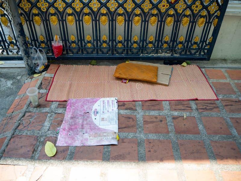 Letto sul pavimento senza tetto, Bangkok, Tailandia immagine stock