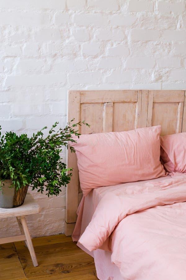 Letto vuoto con i cuscini rosa e la copertura rosa nella camera da letto immagini stock