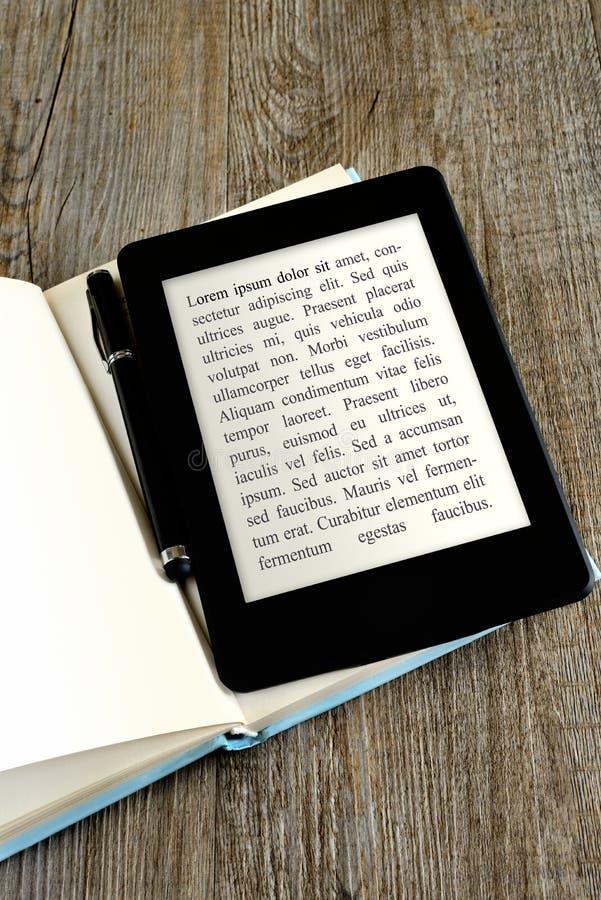 Lettore in bianco del libro elettronico fotografie stock